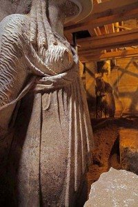 amphipolis tomb caryatids 3